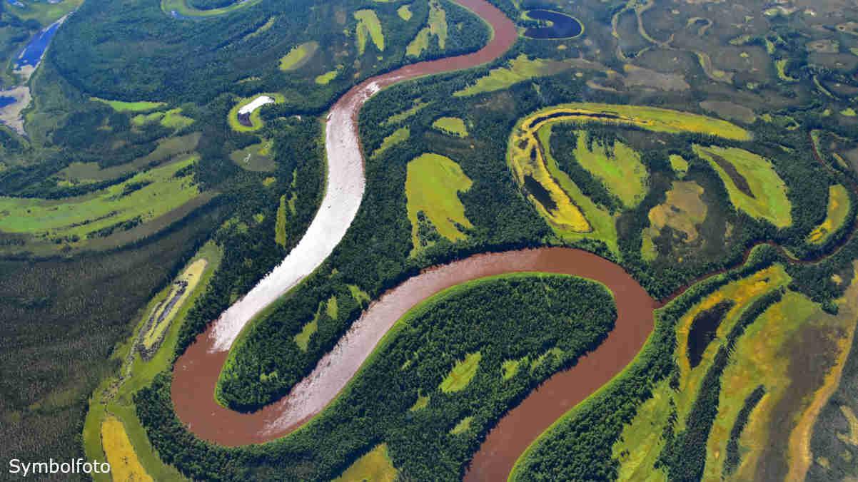 Flusslauf im Bereich von Permafrostböden in der Arktis (Alaska).