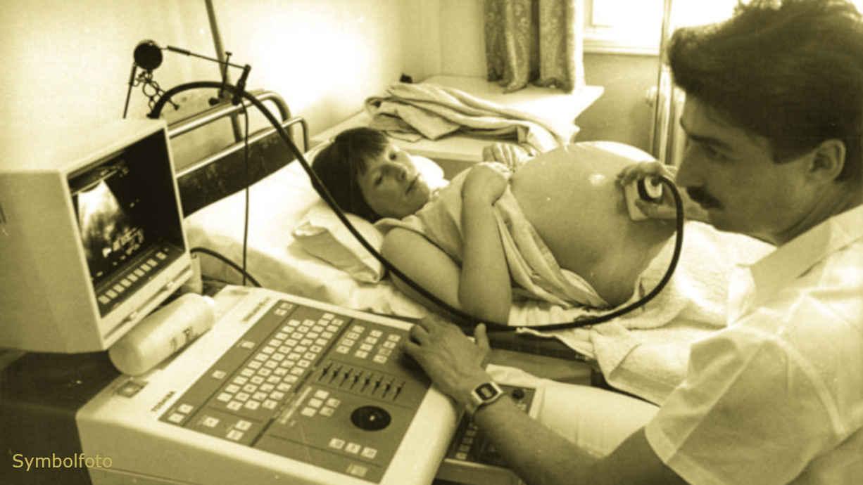 Ultraschalluntersuchung bei einer Schwangeren in der Schwangerschaft.