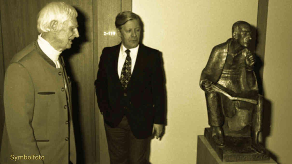 Helmut Schmidt und Bildhauer Prof. Gerhard Marcks betrachten eines seiner Kunstwerke.