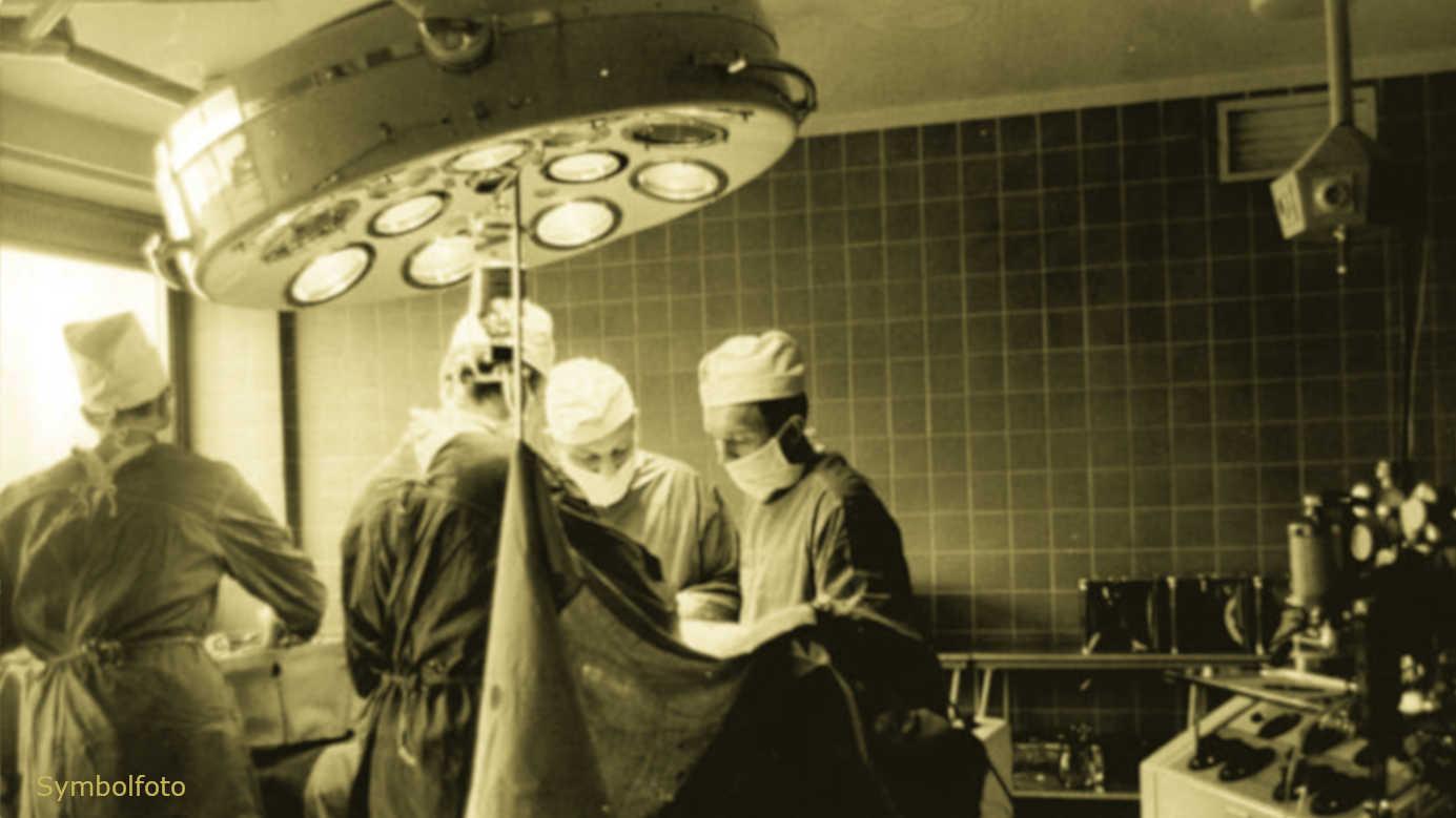 Mehrere Personen in einem Operationssaal im Krankenhaus.