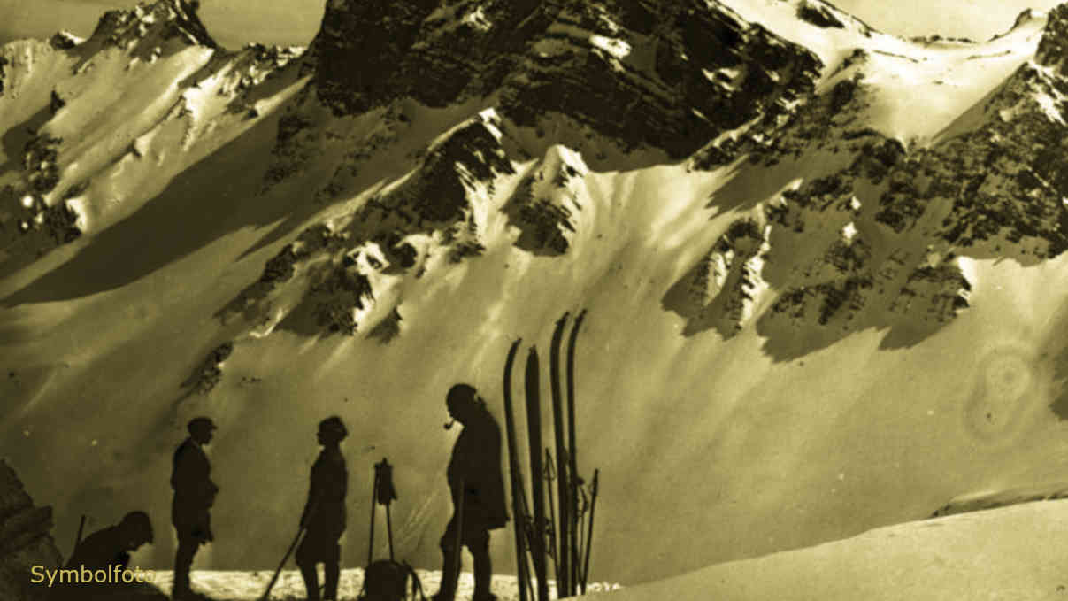 Skifahrer in den Schweizer Alpen bei einer Rast am Fuße vom Strelapass (Davos).