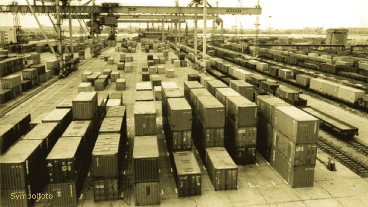Containerhafen und Containerzuege in einem Überseehafen.