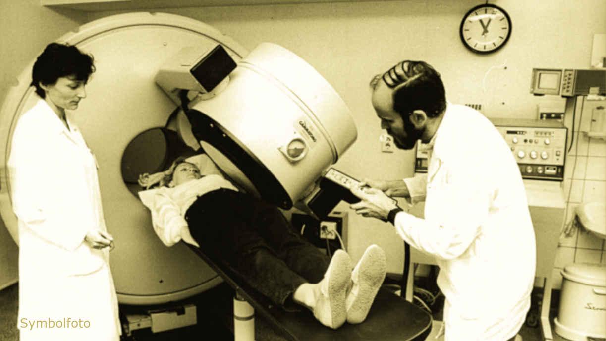 Bei einem Patienten wird mit Hilfe eines Computertomografen eine Computertomografie durchgeführt.