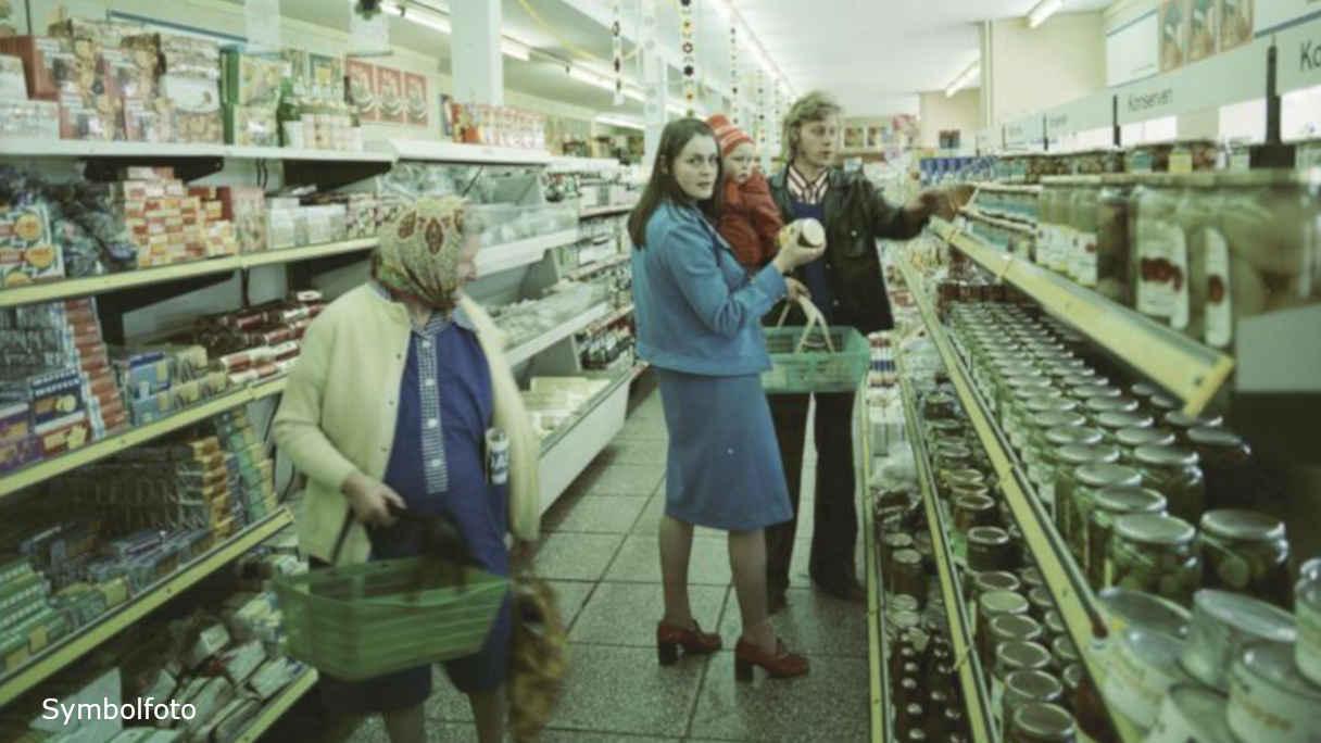 Kunden beim Einkauf in einem Einzelhandelsgeschäft.