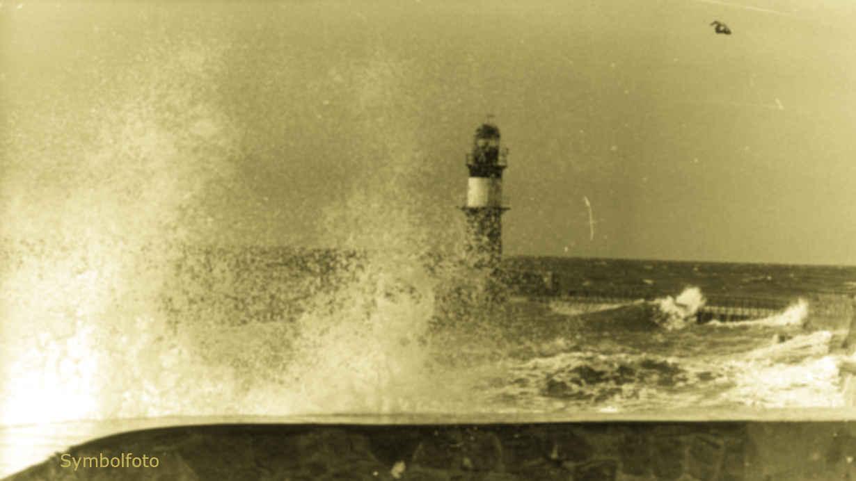Hoher Wellengang bei stürmischem Wetter an der Ostsee-Küste.