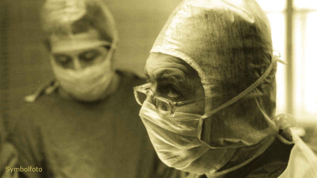 Medizinisches Personal mit Mundschutz (Mund-Nasen-Schutz, MNS).