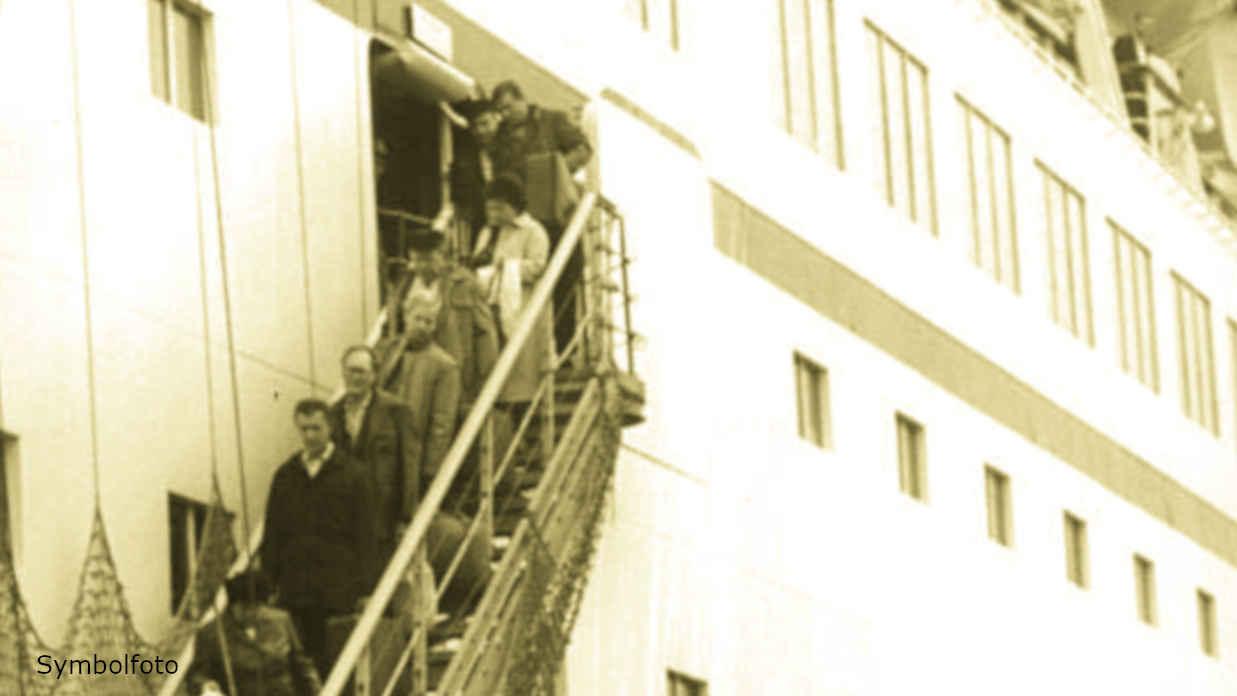 Passagiere verlassen ein Kreuzfahrtschiff.