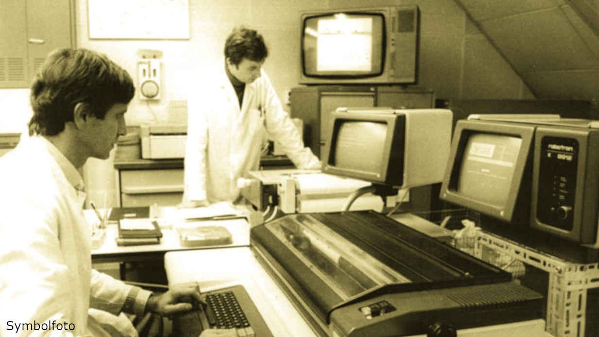 Mitarbeiter mit Monitoren in einem Rechenzentrum eines Hygieneinstitutes.