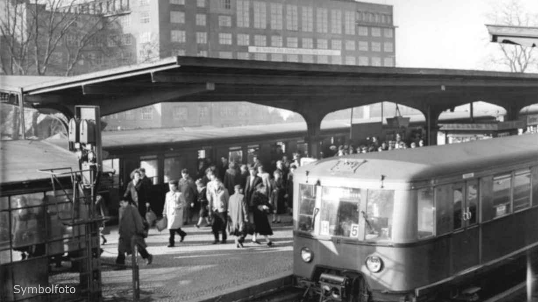 Öffentliches Verkehrsmittel: Fahrgäste auf einem S-Bahnhof.