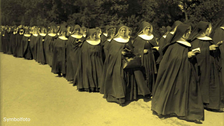 Betende Nonnen bei einem Prozessionszug während des Katholikentages.