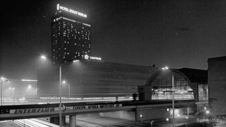 Bahnhof Alexanderplatz in Berlin in der Nacht.